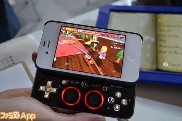 ケース部分にiPhoneをセットするだけで、スライド式のゲームパッドでゲームを遊べるようになる優れものだ。アメリカではすでに販売が開始されており、100ドル程度の
