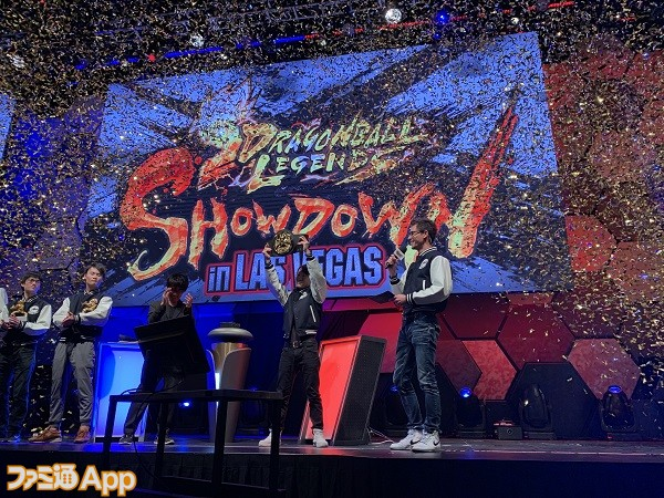 優勝者にミスター・サタンのチャンピオンベルトが贈呈されたシーン
